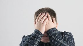 O menino gordo novo ri e fecha seus olhos com suas mãos 50 fps filme