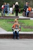 O menino guarda o retrato de seu parente no ` imortal do regimento do ` da ação no dia da vitória em Volgograd Fotos de Stock