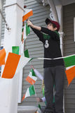 O menino indica a bandeira irlandesa, parada do dia de St Patrick, 2014, Boston sul, Massachusetts, EUA Imagens de Stock
