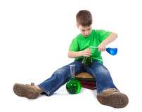 O menino interessado está misturando a solução Imagens de Stock Royalty Free