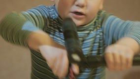 O menino irritado que tenta conectar detalhes vídeos de arquivo