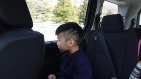 O menino japonês está montando em um Van, viajando a Fuji San filme
