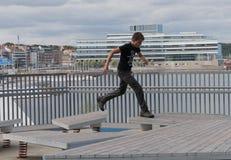 O menino joga em jogos do ` s das crianças no Dokk 1 construção em Aarhus d Foto de Stock Royalty Free