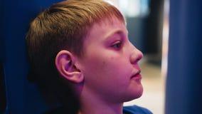 O menino joga em um simulador espetacular do carro no salão dos slots machines Tiros agradáveis de atrás vídeos de arquivo
