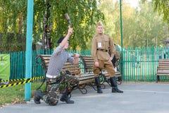 O menino joga a granada de mão Foto de Stock