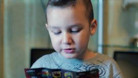 O menino lê e fala video estoque