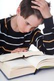 O menino lê o livro Fotos de Stock Royalty Free