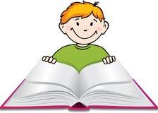 O menino lê um livro. Imagens de Stock