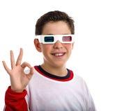 O menino latino-americano veste 3D googles e faz o sinal APROVADO Fotografia de Stock Royalty Free