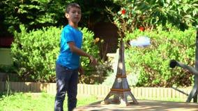 O menino liga o avião de papel video estoque