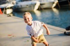 O menino louro bonito está sorrindo Imagem de Stock