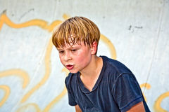 O menino monta o 'trotinette' em uma tubulação em um parque do patim Imagens de Stock