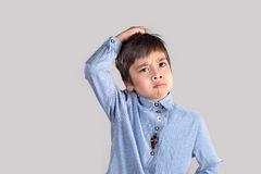 O menino na camisa e pensa Foto de Stock