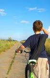 O menino na estrada imagens de stock royalty free
