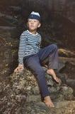 O menino na veste e no tampão marinho Foto de Stock Royalty Free