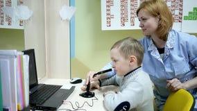 O menino no doutor do ` s das crianças da recepção, desenvolvimento da língua do discurso, terapeuta de discurso trata a criança, vídeos de arquivo