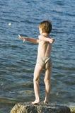 O menino no mar Imagens de Stock Royalty Free