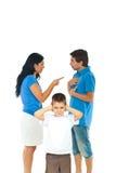 O menino não quer ouvir pais opr Foto de Stock