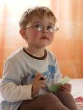 O menino nos vidros Fotografia de Stock