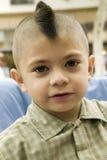 O menino novo com corte de cabelo do Mohawk olha in camera em Santa Barbara, CA imagens de stock royalty free