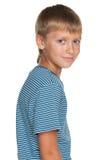 O menino novo considerável olha para trás Fotos de Stock