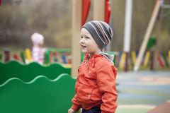 O menino novo de três anos no campo de jogos Fotos de Stock