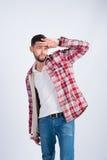 O menino novo na camisa de manta olha na distância Imagens de Stock Royalty Free