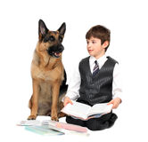 O menino, o childl e o cão leram o livro de texto Imagem de Stock Royalty Free