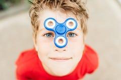 O menino olha através do spiner Fotografia de Stock Royalty Free