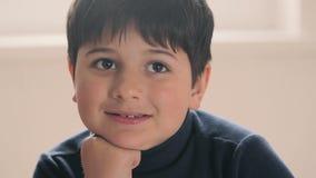 O menino olha a câmera com entusiasmo filme