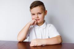O menino olha com suspeita Fotografia de Stock