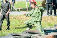 O menino participa no relé militarizado Imagens de Stock