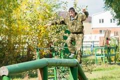 O menino participa no relé militarizado Imagem de Stock