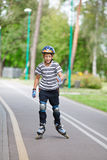 O menino patina sobre Fotografia de Stock Royalty Free