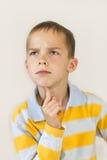 O menino pensa. Foto de Stock