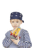 O menino pensativo com navio do brinquedo. Foto de Stock