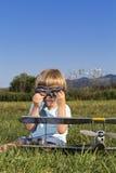 O menino pequeno do bandido e seus RC novos aplanam Foto de Stock