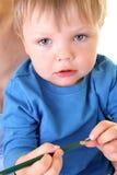 O menino pequeno quer desenhar. fotos de stock royalty free