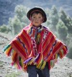 O menino peruano vestiu-se no equipamento feito a mão tradicional colorido Imagens de Stock