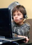 O menino presta atenção à película foto de stock royalty free