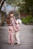 O menino que abraça a irmã bonito e olha acima Foto de Stock Royalty Free