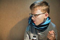 O menino que 10 anos eram doentes ele não quis beber o xarope amargo Imagem de Stock