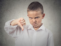 O menino que dá os polegares gesticula para baixo Imagens de Stock