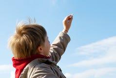 O menino que desenha um giz no céu nebuloso fotos de stock