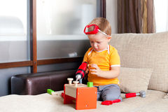 O menino que joga com edifício brinca em casa Fotografia de Stock Royalty Free
