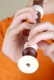 O menino que joga a flauta Imagem de Stock