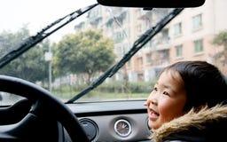 O menino que olha auto chuva-escova Fotografia de Stock