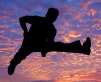 O menino que salta altamente no ar Fotos de Stock Royalty Free