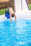 O menino que salta na associação azul Imagens de Stock Royalty Free