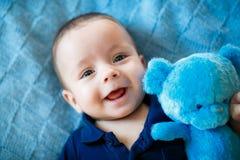 O menino recém-nascido está encontrando-se na cama Imagem de Stock